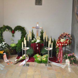 Aufbahrung mit Urne in der Friedhofshalle Altenstadt