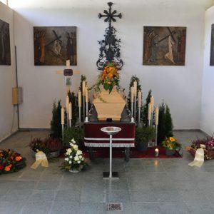 Aufbahrung mit Sarg in der Friedhofshalle Levis