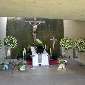 Aufbahrung mit Sarg in der Friedhofshalle Schwarzach