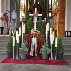 Aufbahrung mit Urne in der Kirche Frastanz