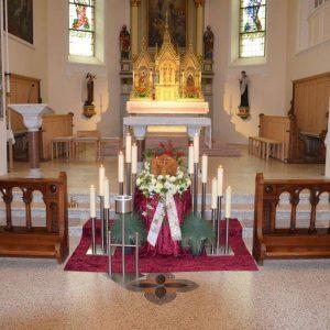 Aufbahrung mit Urne in Kirche Gisingen