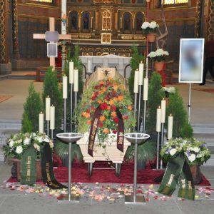 Aufbahrung mit Sarg in der Kirche Hatlerdorf