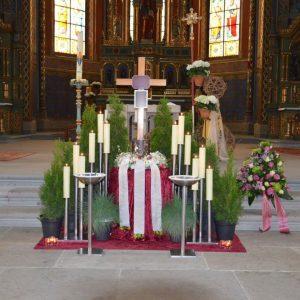 Aufbahrung mit Urne in der Kirche Hatlerdorf