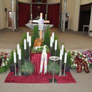 Aufbahrung mit Urne in der Kirche Maria Hilf