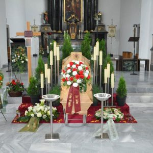 Aufbahrung mit Sarg in der Kirche Oberdorf