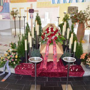 Aufbahrung mit Sarg in der Kirche Schoren