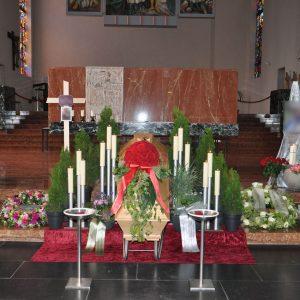 Aufbahrung mit Sarg in der Kirche St. Gebhard