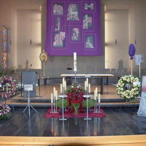 Aufbahrung mit Urne in der Kirche Tisis