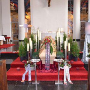 Aufbahrung mit Sarg in der Kirche Wolfurt